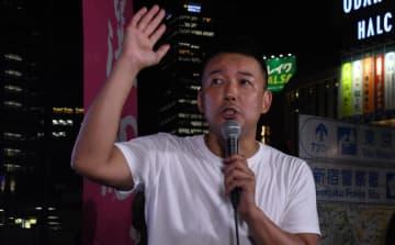 新宿駅前で演説をする山本代表