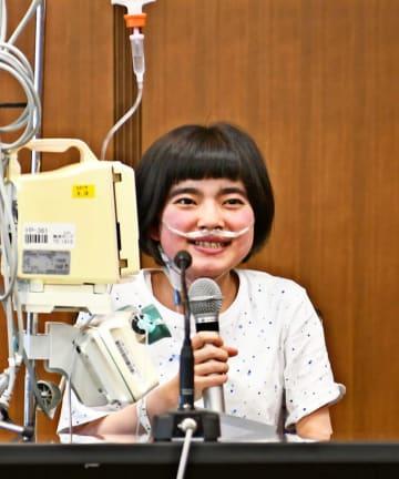 会見で笑顔を見せる田村真子さん=東京都三鷹市の杏林大学医学部付属病院