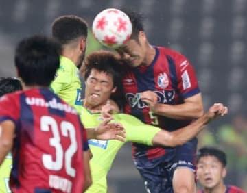前半ロスタイム、ファジアーノ岡山のDF増田繁人(5)がヘディングシュートを決め、1―0とする=フクダ電子アリーナ