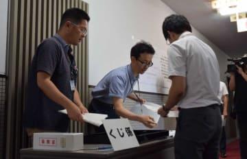 入念に立候補届け出の受け付け作業のリハーサルをする県職員ら(大津市・県庁)