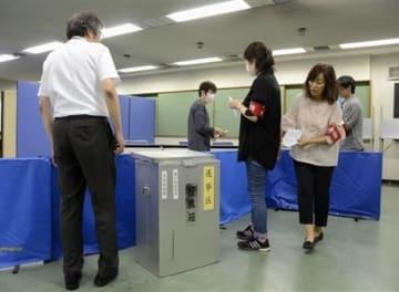 参院選の期日前投票所を設営する熊本市職員ら=同市中央区