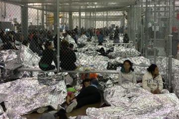 米南部テキサス州の施設で過密状態で収容されている移民ら=6月11日(ゲッティ=共同)