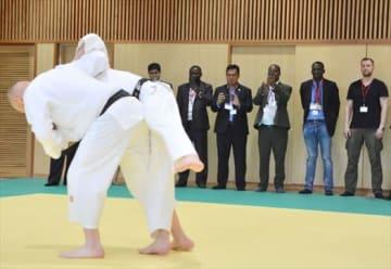 柔道の鍛錬を見学する参加者