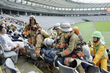 味の素スタジアムで行われた競技会場を標的とした大規模テロへの対応訓練=4日午前、東京都調布市