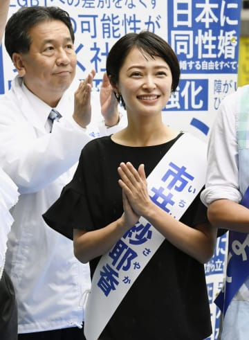 参院選が公示され、街頭演説に臨む「モーニング娘。」元メンバーの市井紗耶香氏。奥は立憲民主党の枝野代表=4日午前、東京・新宿