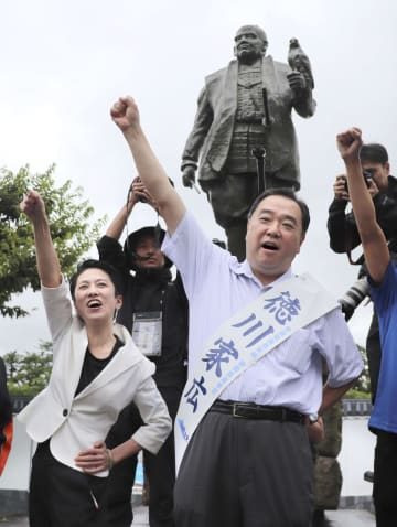 参院選が公示され、徳川家康像の前で気勢を上げる徳川家広氏。左は立憲民主党の蓮舫参院幹事長=4日午前、静岡市