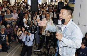 街頭演説する、政治団体「れいわ新選組」の山本太郎代表=4日午前11時15分、東京・新宿