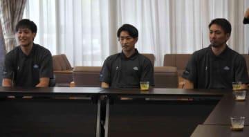 意気込みを語った新加入の(左から)谷口、斎藤、狩俣=大津市役所
