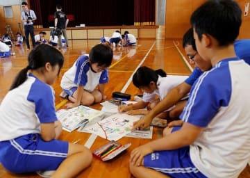 のぼり旗のデザインを制作する児童(3日、和歌山県串本町潮岬で)