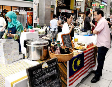 商店街内にずらりと並んだ世界各地の料理を振る舞う飲食ブース