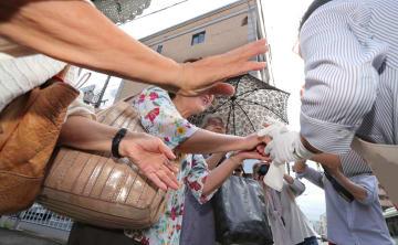 参院選がスタートし、支援者と握手する候補者(4日午前9時すぎ、京都市中京区)※画像の一部を加工しています。
