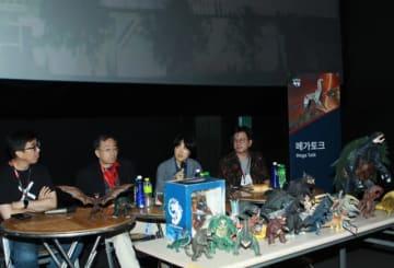 左から映画祭プログラマーのキム・ボンソク、金子修介監督、通訳、怪獣映画同好会「ビッグモンスター」運営者のホン・ギフン - 写真提供:BIFAN