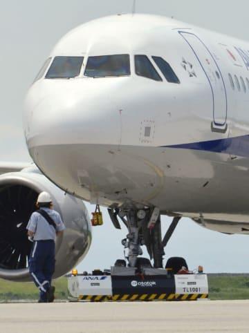 リモコンで操作され、航空機をけん引する車両(下)=4日午後、佐賀空港