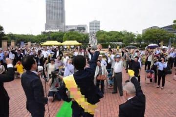 出発式で支援者と気勢を上げる候補者=広島市中区(画像の一部を加工しています)