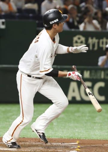 2回巨人2死、坂本勇が左越えに先制の満塁本塁打を放つ=東京ドーム