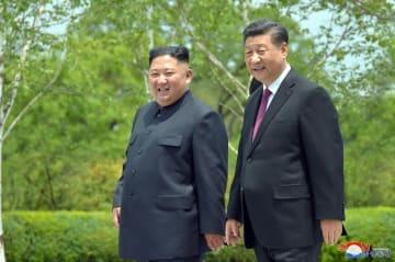 平壌で中国の習近平国家主席(右)の滞在先を訪れた金正恩朝鮮労働党委員長(朝鮮中央通信=共同)