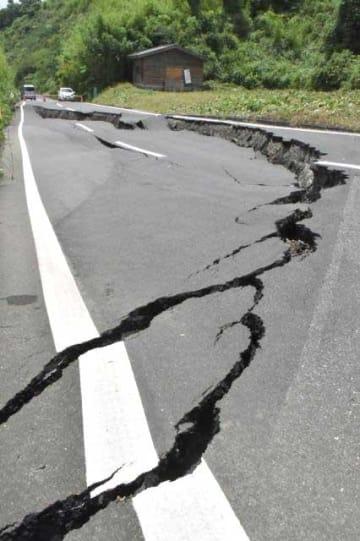 大雨で地盤が緩み、約20メートル以上が陥没した日南市吉野方の広域農道。全面通行止めが続いている=4日午後