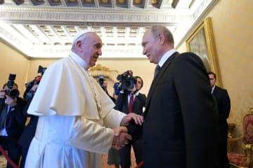 4日、バチカンで会談するローマ法王フランシスコ(左)とロシアのプーチン大統領(ロイター=共同)