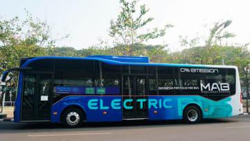 ガルーダ航空は4日、社員送迎用のシャトルバスとして使用するMAB製のバスを披露した(ガルーダ航空提供)