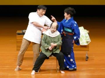 「床屋の福ちゃん」でおどけた演技を披露する仲田幸子さん(中央)=2017年9月18日、沖縄市民会館