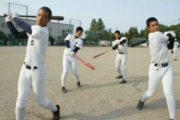 打撃でチームをけん引する(左から)足立主将、中尾、飯塚、小手川=大分高