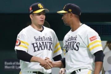 試合に勝利し握手を交わしたソフトバンクの千賀滉大(左)とグラシアル【写真:荒川祐史】