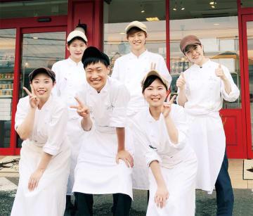 後列左からパティスリー・サンマローの西村さん、池田さん、奥田さん。前列左から鶴山さん、勝亦さん、小倉さん