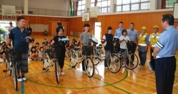 【県大会に出場する児童5人を激励する橋本署長(右手前)=亀山市加太板屋の市立加太小学校で】