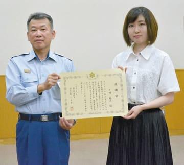 感謝状を贈呈された戸田成美さん(右)と越谷市消防本部の三大寺滋消防長=1日、越谷市消防本庁舎