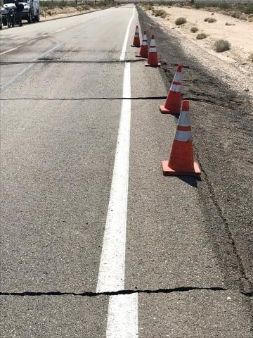 4日、米カリフォルニア州で地震後、ひび割れた道路(AP=共同)