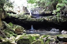 下段の岩を貫通して流れている現在の「二段滝」=豊岡市日高町栃本