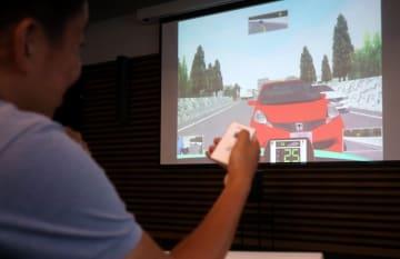 「Honda動画KYT」を体験し、危険予測について学んだ=県警本部