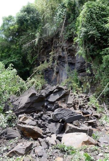2~3メートルほどもある凝灰岩片が崩れ落ちた人吉市の国史跡大村横穴群=人吉市