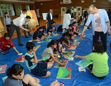 児童生徒の創作の様子を見て回る井上さん