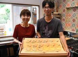 店舗を移転し、たい焼きを作り続ける寺崎大輔さん(右)と母・ゆかりさん=姫路市本町