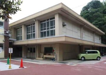 卒業生が床下にタイムカプセルを置いていた桃山東小の体育館(京都市伏見区)