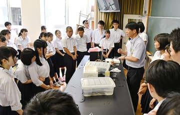 人工授精したカエルの受精卵が細胞分裂していく過程を観察した「生物」分野の科学実験講座=米沢市