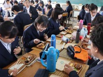 デリバリー弁当を試食する生徒たち(5月21日、京都府亀岡市・東輝中)