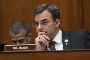 米下院の委員会での議論に耳を傾けるアマーシュ下院議員=6月12日、ワシントン(AP=共同)