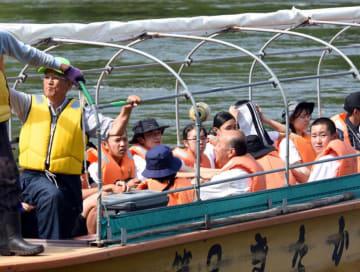 三橋漁親会の会員(左)の案内で、北上川の歴史を学ぶ生徒ら