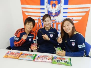 11日から配信のPR動画に出演するアルビレックス新潟レディースの左山桃子選手(中央)ら