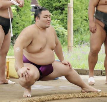 軽めの調整をする朝乃山=愛知県蟹江町の高砂部屋宿舎