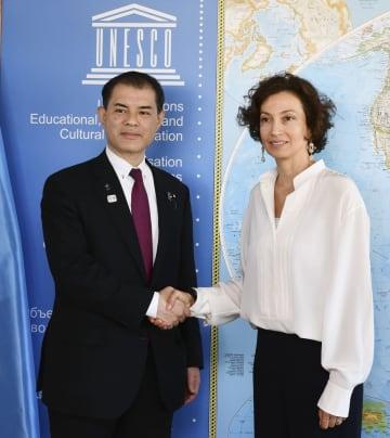 握手する柴山文科相(左)とユネスコのアズレ事務局長=4日、パリ(共同)