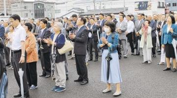 第一声を聞く支持者。秋田選挙区ではイージス・アショアの問題に注目が集まる=4日午前9時ごろ、秋田市