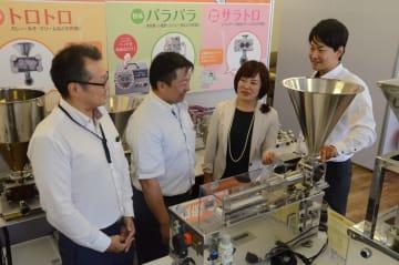 東北で人気が高い空気式の「エアーピストン充填機」の新商品をPRするナオミの駒井社長(右から2人目)