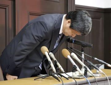 京都府警山科署巡査長の懲戒免職処分が決まり、記者会見で謝罪する植田秀人本部長=5日午後、京都市