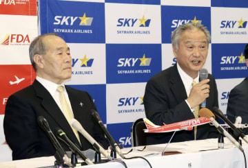 記者会見するスカイマークの市江正彦社長(右)とFDAの三輪徳泰社長=5日午後、神戸市
