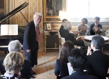 外交関係樹立100周年の記念コンサートで、登場したピアニストの舘野泉さん(左)に拍手を送られる秋篠宮ご夫妻=5日、フィンランド・ヤルベンパー(共同)
