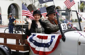 独立記念日祝う盛大なパレード 米カリフォルニア州