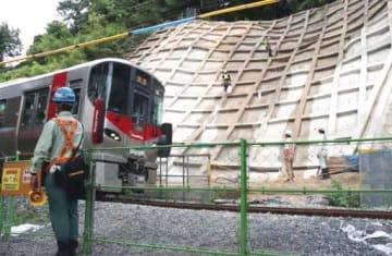 呉線坂―矢野間では沿線の山の斜面をコンクリートで覆う工事が進んでいる(広島県坂町坂東)